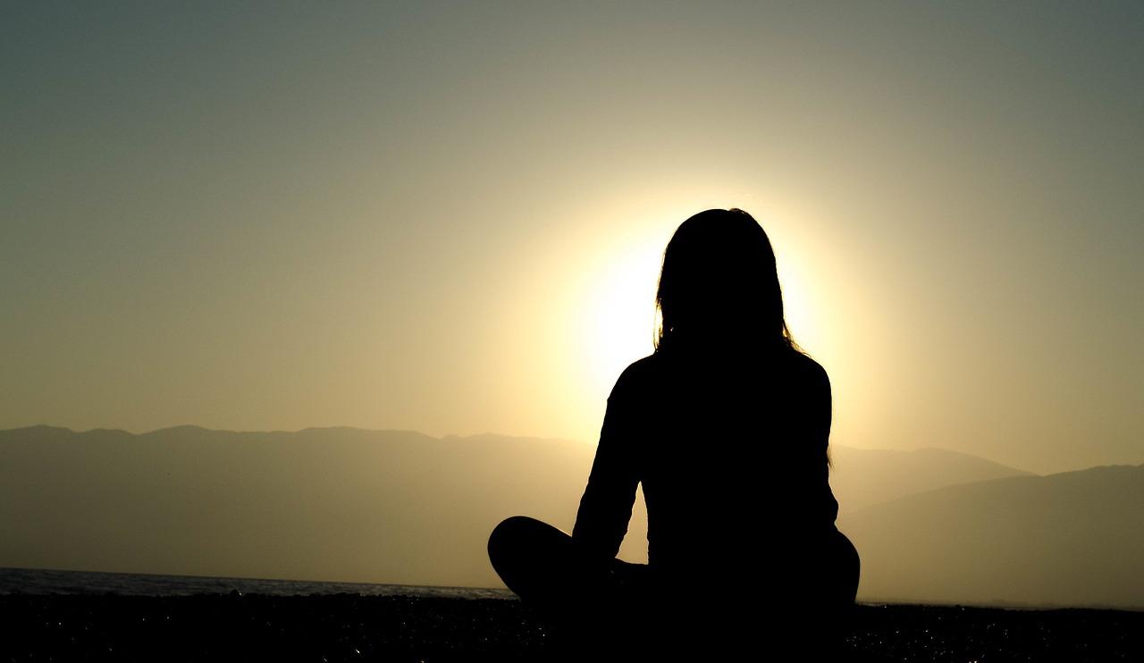 瞑想する人、内面を見つめる人