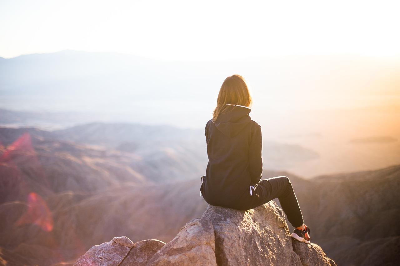 石の上に座る人